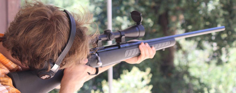 Personne utilisant une lunette de visée pour tirer à la carabine
